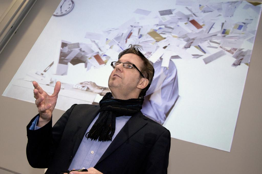 Der Sehexperte Thomas Wunderberg beim Augentraining