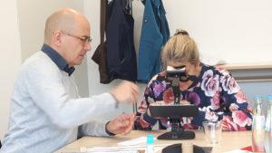 Unser train & see Screener Ralf Lorini, beim Test des beidäugigen Sehens